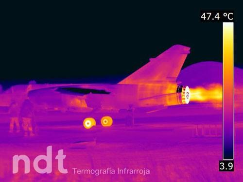 Avión de combate en marcha